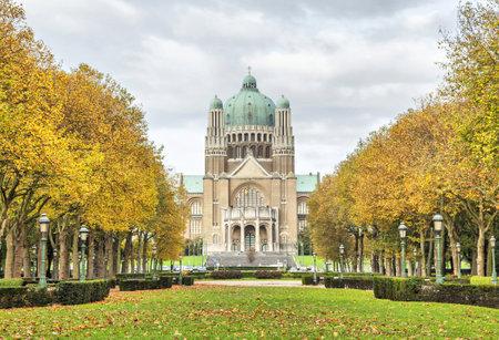sacre coeur: Vue sur la Basilique de Sacré-C?ur du Parc Elisabeth avec thees jaunes, Bruxelles, Belgique