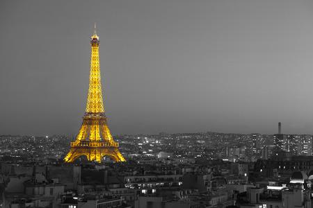 black an white: Par�s, Francia - 18 de octubre 2014: Vista a�rea de la Torre Eiffel iluminada con la ciudad en el fondo, efecto de blanco y negro aplicado