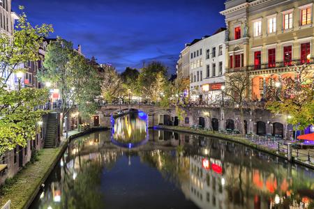 夜には、オランダのユトレヒト歴史的センターで運河を渡る橋