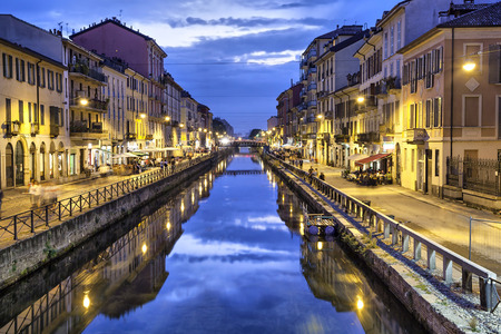 Naviglio Grande kanaal in de avond, Milaan, Italië