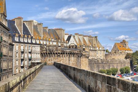 サン ・ マロ、ブルターニュ、フランスの歴史的な街の壁