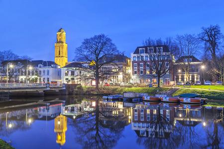 Zwolle in de avond met de kerktoren, genoemd Peperbus (pepperbox), Overijssel, Nederland Stockfoto