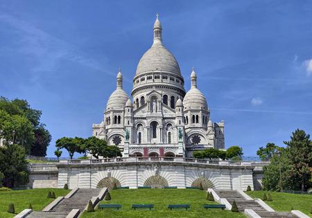 聖心、パリ、フランスの大聖堂を見る