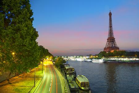 Bir Hakeim 橋、パリ、フランスのエッフェル塔フォームの夕景 写真素材