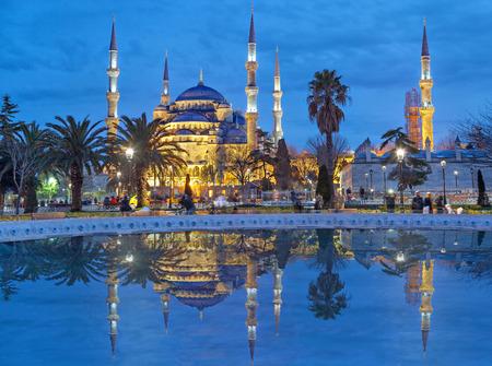 La Mezquita de Sultanahmet (Mezquita Azul) en la noche, Estambul, Turquía Foto de archivo - 37209525