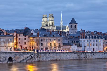 夕方には、オルレアン、フランス オルレアン大聖堂あり、ロワール川の堤防 写真素材