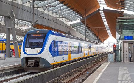 アムステルダム, オランダ - 2014 年 6 月 23 日: 白青シャトル列車は点灯アムステルダム アリーナ駅