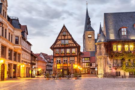 夕方には、ドイツのザクセン = アンハルト州クヴェードリンブルクの市場正方形の木骨造りの家 写真素材