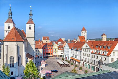 iglesia: Neupfarrplatz cuadrada y Neupfarrkirche en Regensburg, Alemania Editorial