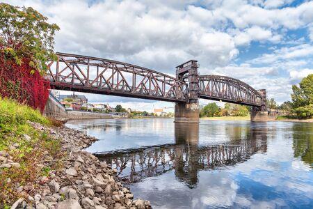 ferrocarril: Antiguo puente del ferrocarril en Magdeburg, Alemania