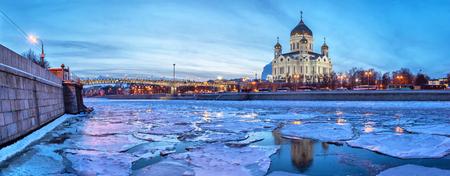 Imagen panorámica del río Moscú ordenada Cristo el Salvador templo con masa de hielo flotante en la noche de invierno, Moscú, Rusia