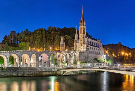 Rosary Basilica at night, Lourdes, Hautes-Pyrenees, France Standard-Bild