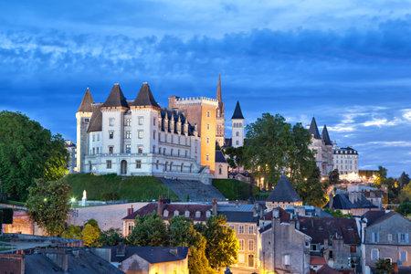Widok na zamek Pau wieczorem, Pyrenees Atlantiques, Akwitania, Francja