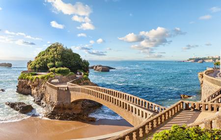 프랑스 비아리츠의 해안 근처에있는 작은 섬 다리