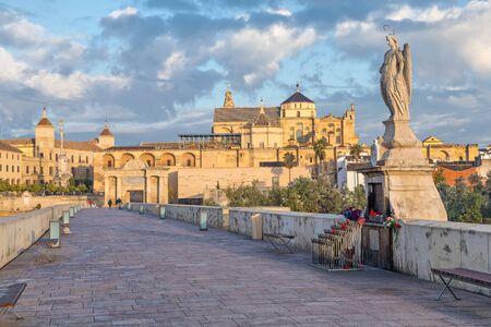 escultura romana: Escultura que representa a San Rafael en el medio del puente romano de Córdoba, Andalucía, España Foto de archivo