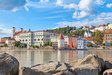 Buildings and Schaibling Tower on the side of Inn river near its confluence with Danube in Passau, Bavaria, Germany Stockfoto