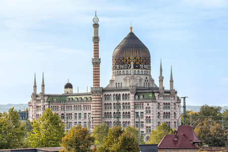 oficina antigua: Yenidze is a former tobacco factory in Dresden. It designed in style of mosque. Nowdays it used as office building.