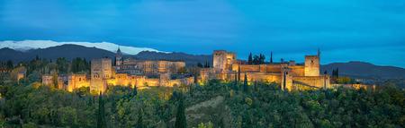 アルハンブラ宮殿 - 夜、グラナダ、アンダルシア、スペインに照らされた黄色の秋の木々 に囲まれた中世のムーア人の要塞のパノラマ