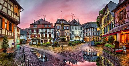 雨の夕暮れ歴史村ストラスブール、アルザス、フランス