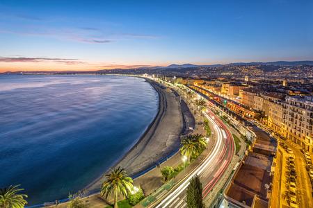 Paseo marítimo y Costa de Azure al atardecer en Niza, Francia Foto de archivo