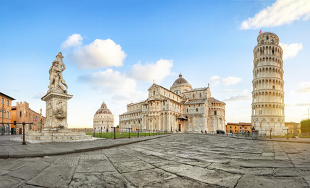 Pisa, Italy. Panoramic low angle view of Piazza del Duomo square with Leaning Tower, Pisa Cathedral and Putti Fountain Stockfoto