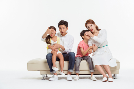 Ritratto di famiglia asiatica / isolato su bianco