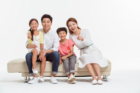 Aziatische Portret van de familie  geïsoleerd op wit