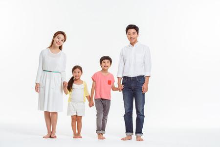 Retrato de familia asiática / aislado en blanco