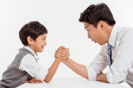 아시아 가족 초상화  화이트에 고립