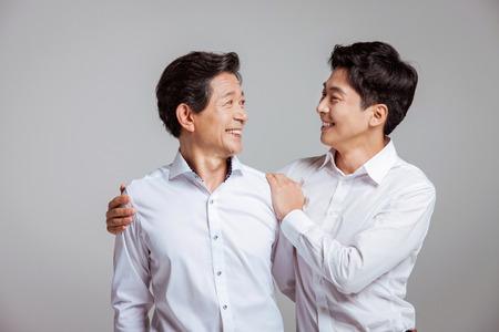 Portrait der glücklichen asiatischen Familie Standard-Bild - 70604533