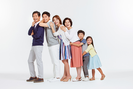 Portrait der glücklichen asiatischen Familie Standard-Bild - 70604545