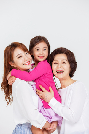 Portrait der glücklichen asiatischen Familie Standard-Bild - 70604429