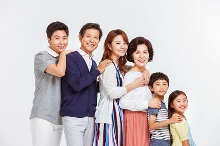 Portrait der glücklichen asiatischen Familie Standard-Bild - 70604451