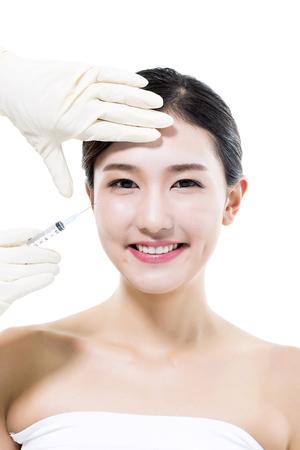 성형 외과  아시아 여성의 얼굴에 화장품 주입 스톡 콘텐츠