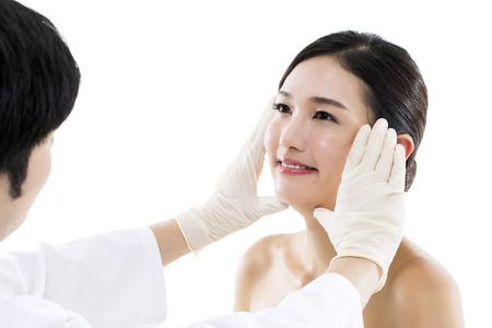 surgical: Cirugía Plástica  Doctor Examen de la cara de una mujer asiática joven