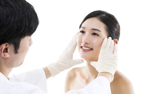 Chirurgie plastique / Docteur Examiner le visage d'une jeune femme asiatique Banque d'images - 66106051