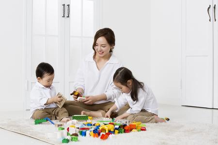 집에서 빌딩 블록을 가지고 노는 아시아 어머니와 딸 스톡 콘텐츠