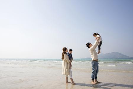 Famiglia asiatica felice Avere un buon tempo sulla spiaggia, Padre Sollevare la figlia Archivio Fotografico