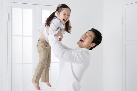 举他的女儿的亚裔父亲