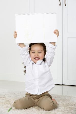 Leuk Aziatisch meisje dat haar schetsboek Stockfoto - 66105023