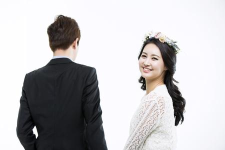 결혼식: 로맨틱 젊은 아시아 커플 - 화이트에 고립 스톡 콘텐츠
