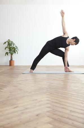 Performing Yoga allein Standard-Bild