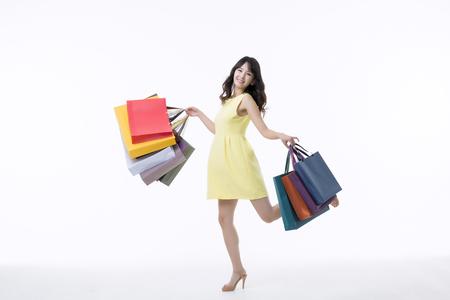 Een jonge vrouw met een bos van boodschappentassen