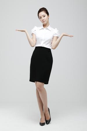 cuerpo entero: Young Businesswoman With Jacket Off Standing Foto de archivo