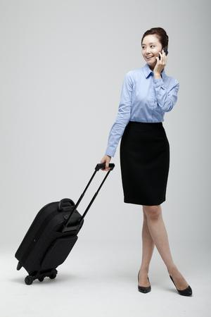 Jeune femme d'affaires qui passe un voyage d'affaires Banque d'images