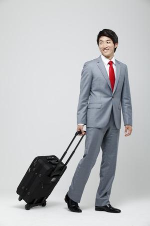 Jeune homme d'affaires qui passe un voyage d'affaires