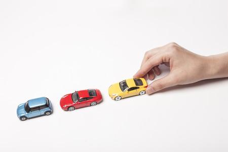Voitures miniatures avec une main isolé sur blanc