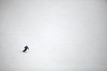 스키 슬로프에서 스키어