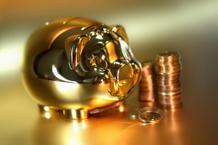 누적 된 동전 황금 돼지 저금통