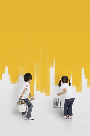 Niños asiáticos pintando la pared amarilla Foto de archivo - 78198591